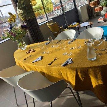 Safraan op een ovale tafel